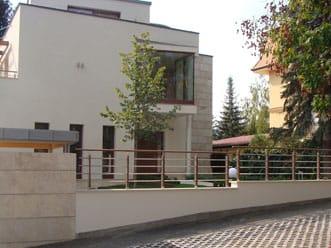 Csévi utcai lakóház korlát elemei és kapuja