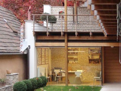Falusi ház városi környezetben