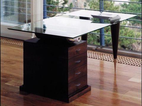 Üveglapos íróasztal kúpos lábakkal