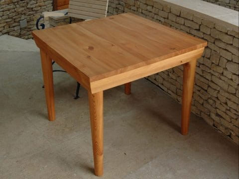 Kerti vörösfenyő asztal